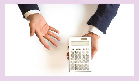 電卓で割引額を提示する男性の手