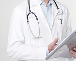 死亡診断書に記入する医師