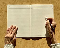 ノートと高齢者の手元