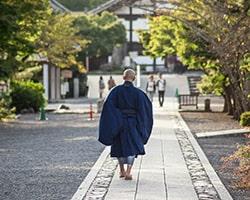 供養を行う僧侶