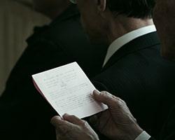 密葬で別れの挨拶を読み上げる人